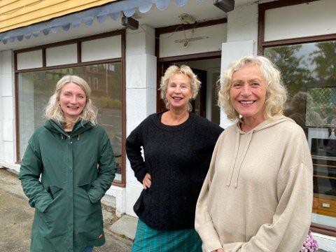 VELKOMMEN: Keramiker Sissel Wathne, tekstilkunstner Gabrielle Göransson og kurator Helga Storbekken ønsker velkommen til årets siste utstilling på TØYsentralen på Tolga.