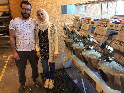FLERE MASKINER: - Foreløpig foregår produksjonen på en maskin, men snart skal kapasiteten tredobles, sier innehaver av Waez Broderi, Ahmad Waez, her sammen med konaSedra Afifi.