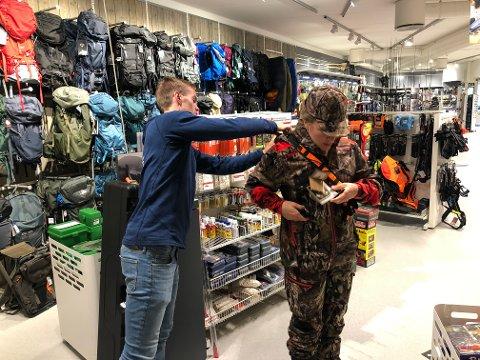 OPPKLEDD: Ola Brovold i Tynset Alvdal Sport fikk utfordringen med å kle opp journalist Gunhild Nyaas i alt nødvendig jaktutstyr, pluss litt til.
