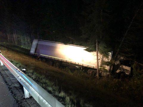 Her ligger traileren etter ulykken på riksveg 3 sør for avkjøringen på Fåset.