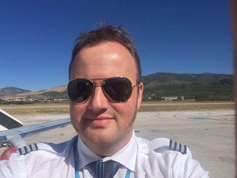 I UNIFORM: - Jeg vil gjerne fortsette med å ha en fot innenfor luftfarten samtidig med driften av Kvikne Fjellhotell, sier Pål Haugen Strand.