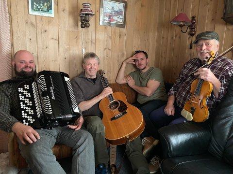 Innspilling: Pause under opptakene i gammelstua i Hitterdalen. Fra venstre: Geir Marius Torud, Johan Skinderhaug, Thomas Lomundal og Odd Sundt.