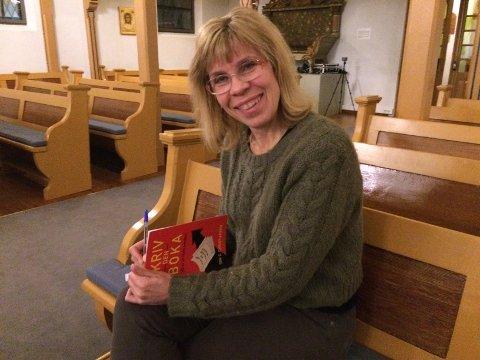 Ønsker velkommen til boklansering: Siw Cathrine Christiansen med et ferskt eksemplar av boka.