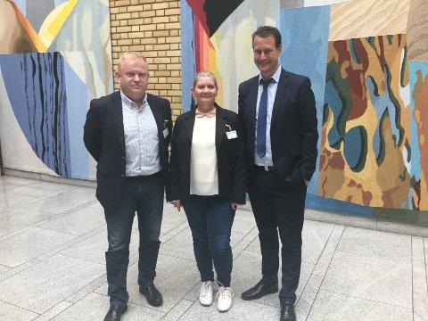 På Tinget: Gro Haug og Kjetil Barfelt fra Ås FrP møtte mandag Helge Andre Njåstad (FrP) som leder Kommunal- og forvaltningskomiteen på Stortinget for å legge frem Ås sin sak i grensejusteringsspørsmålet.