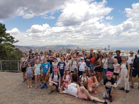 Gruppen fra Nordby skolekorps samlet på en høyde over Barcelona
