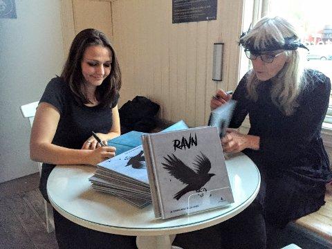 Lise Myhre og Synnøve Borge signerer bøker på Ås stasjon på tirsdag.