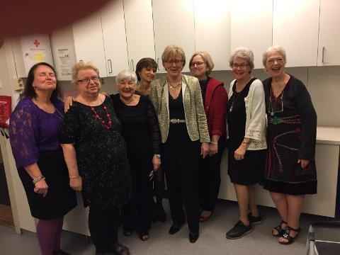 Flinke damer som har lagte Nord-Europas flotteste koldtbord. Fra venstre: Anita Taring, Kirsti Westby, Ella Walle, Kjersti M. Larsen, Grethe Gonella, Solveig Fjeldstad, Marit Karlsen og Marit Aschehoug.