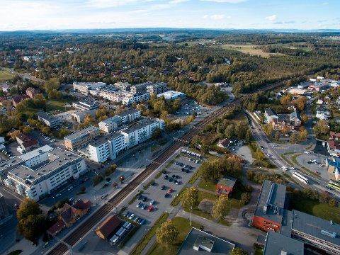 UENIGE: MDG mener nye boliger kun bør tillates innenfor 2 km av Ås stasjon og Ski stasjon. Senterpartiet ønsker muligheten for mer spredt bebyggelse i hele Ås kommune.