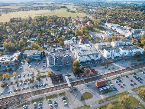 Dronebilde av Ås sentrum.