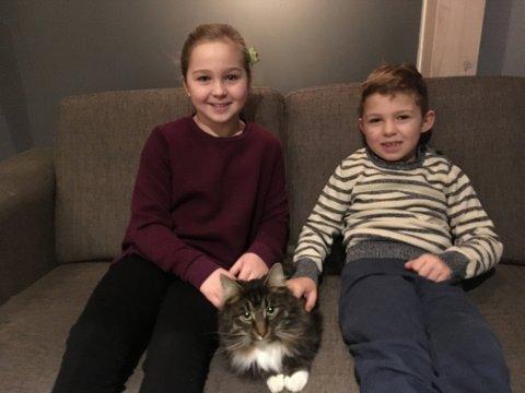 GLADE: Malena og Milliam Grønvold er lykkelig over at den elskede katten Mio er trygt hjemme igjen.