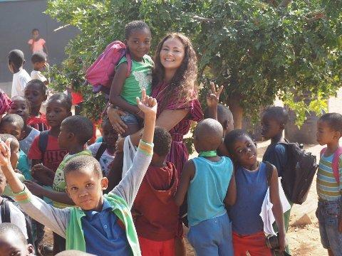 TRIVDES I AFRIKA: Jasmin Kjus stortrivdes med elevene ved en skole i byen Tsumeb i Namibia