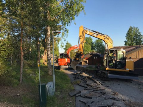 GRAVER MYE: Viken Fiber legger fiberkabler flere steder i Ås kommune, det er det ikke alle som er fornøyde med.