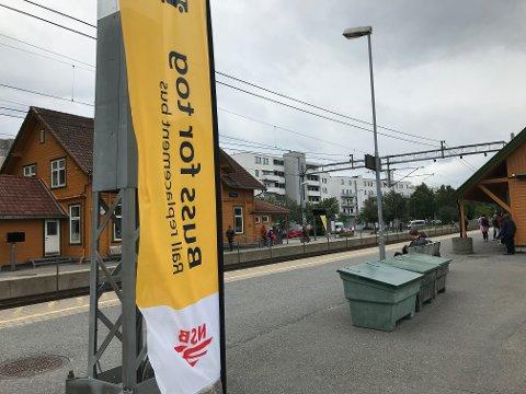 STENGT: Jernbanesporene på Østfoldbanen er stengt og det kjøres buss for tog frem til 4. august.