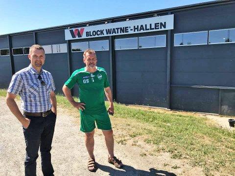 Bjørn Einar Skoglund, direktør for operativ enhet Follo i Block Watne, sammen med Geir Sneis, daglig leder i Ås fotball.