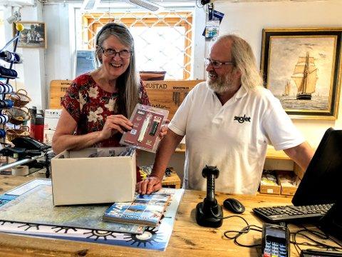Godt humør bak disken: Elin Svenneby og Bjarne Ellebye driver Distriktets Båtutstyrsbutikk Trebåten på Nesset.