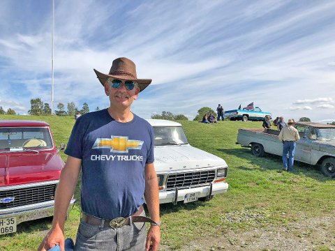 Gunnar Svennevik fra Follo Amcar var blant arrangørnene på pickup-meet på Tokerud gård. Hans egen doning, en blå 78' modell Chevrolet Silverado står på toppen av haugen.