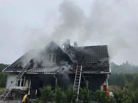 Det brenner kraftig i et hus i Kroerveien torsdag morgen.