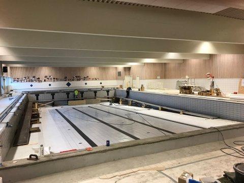FORSINKET: Oppussingen av Nordby svømmehall er forsinket. Slik ser det ut i svømmehallen nå.