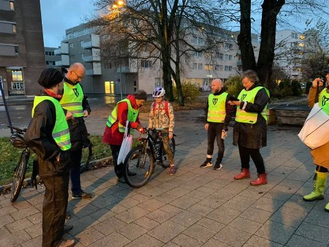 SYKKELAKSJON: Ås kommune og politkere på plass på Ås stasjon fredag morgen.