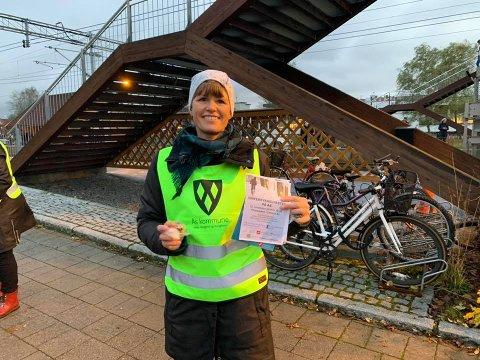 Siri Gilbert i Ås kommune håper at større bruk av elsykler vil redusere klimagassutslippene til Ås kommune. Bildet er tatt ved en tidligere anledning. Den gang brente Gilbert for vintersykling.