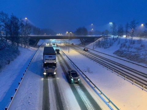 SNØ: Det har kommet en del snø torsdag i Amtaland. Både politiet, vegtrafikksentralen og Yr har gått ut og advart mot vanskelige kjøreforhold.
