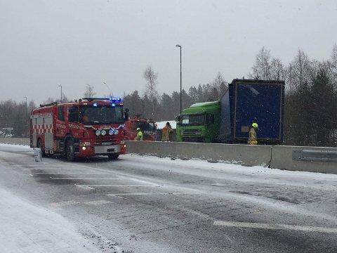 LEKKASJE: Ti brannbiler skal være på plass utenfor Oslofjordtunnelen, etter et trafikkuhell. Det lekker diesel fra et vogntog.