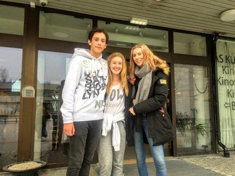 PÅ FILMMARATON: Haral Stone (t.v) Emilie Husby og Karina Wolf deltok på filmmaraton på Ås kinoteater natt til 1. mai i fjor. Politiet synes tilbudet er et flott tiltak.