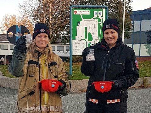REFLEKS: Mari Hovland og Rannveig Fladmoe i Follo Brannvesen sin forebyggende avdeling delte ut reflekser til ungdommer på blant annet Ås ungdomsskole.