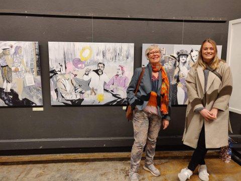 EGEN STAND: Ellen Eikenes (t.v)  og barnebarnet Tale Nygaard Eikenes  (t.h) foran utstillingen til Eikenes. Tale er også modell for maleriet ti venstre for Ellen.