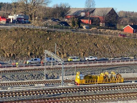 PÅ STEDET: Slik så det ut ved ulykkesstedet klokken 12.45. Bildet er tatt fra Ensjø gård. Foto: Bjørn Viggo Sandness, Østlandets Blad