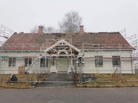 FREMSKRITT: Arbeidet med å restaurere Brønnerud Grendehus har pågått lenge allerede, men med en bevilgning på 375.000 kr fra Sparebankstiftelsen DNB rykker ferdigstillelsen ett skritt nærmere.