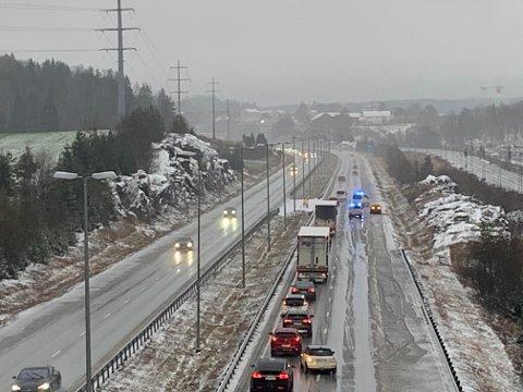 Lørdag ettermiddag skal en sjåfør ha mistet kontroll på bilen på E6 i Vestby.