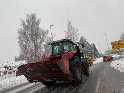 SNØEN KOM: Brøytemannskaper fra Ås kommune på vei mot sentralkrysset mandag ettermiddag.