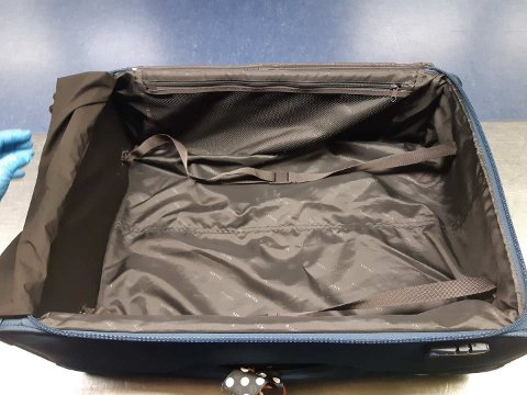IKKE PENGER: I et skjult rom i denne kofferten hevder 78-åringen at han skulle smugle penger ut av Norge. Da han landet på Gardermoen var likevel det skjulte rommet fylt opp med noe helt annet.