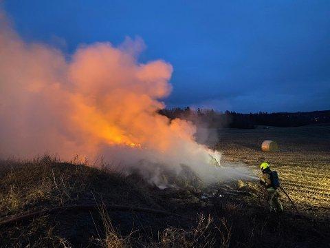 UNNGÅ BRANNFARE: Brannvesenet ber folk droppe brenning av bråte, hageavfall og bål for å forebygge situasjoner hvor ilden sprer seg. Her fra en brann i halmballer i februar, som tok lang tid å slukke.