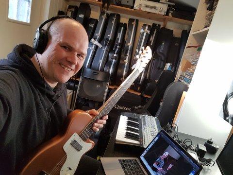 UNDERVISER I GITAR HJEMME: Svein Erik Martinsen Ånestad underviser i gitar ved Kulturskolen i Ås, nå underviser han hjemmefra.