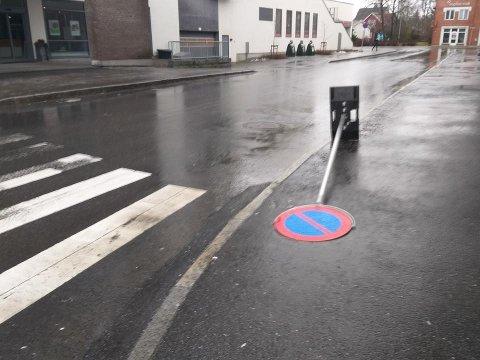 FALLER NED NÅR DET BLÅSER: Ås kommunen lover å sikre dette skiltet i Ås sentrum.