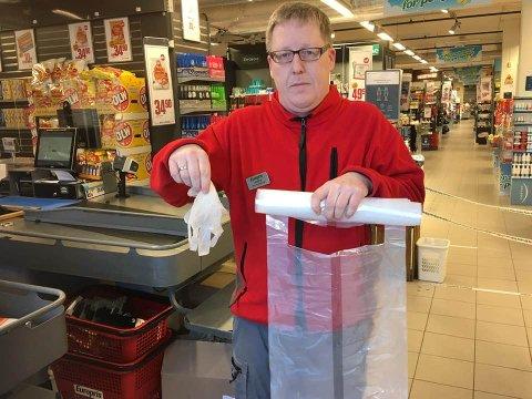 SØPPELDUGNAD: Dra innom Europris i Ås sentrum eller på Vinterbro senter og si «plogg», så får du gratis engangshansker og en søppelsekk. Butikkmedarbeider André Dagsland er parat i førstnevnte butikk.