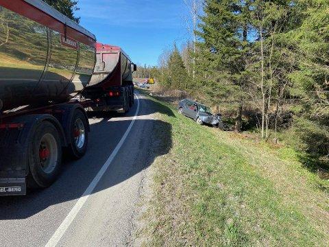 KJØRTE I GRØFTE: En person er kjørt til sykehuset etter en utforkjøring på Holstad mandag ettermiddag.
