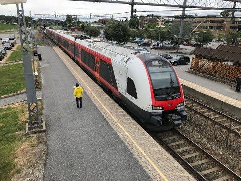 I RUTE IGJEN: Togtrafikken på Østfoldbanen nordover fra Ås kunne endelig åpne igjen mandag 31. august, tre uker etter skjema.