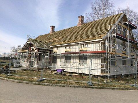 FREMSKRITT: Den gamle skole- og herredshuset på Brønnerud ble skadet av brann i 2002. Nå gjør restaureringsarbeidet stadig nye fremskritt