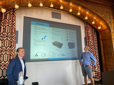 BATTERI:Jesper Schweitz og Tore Skjervheim i selskapet Versabatt presenterer batteriet de har designet i festsalen på NMBU.