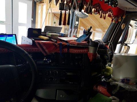 DÅRLIG SIKT: Statens vegvesen reagerer på den dårlige sikten sjåføren har i lastebilen med mange gjenstander i frontruta og gardiner på sidene.