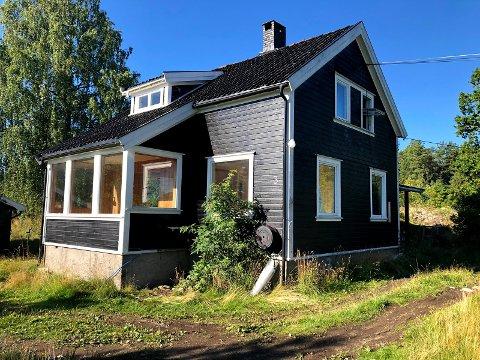 GIS BORT: Dette huset på Nesodden gis nå bort stykkevis og delt. Alle som ønsker kan komme og plukke med seg det de trenger.