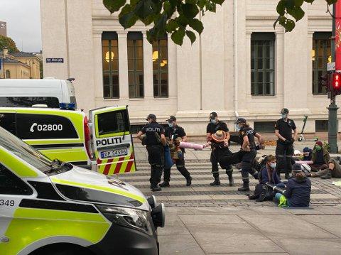 ARRESTERT: Her blir Anne Tretteberg Reitan og Anneli Rystad Aune arrestert av politiet.