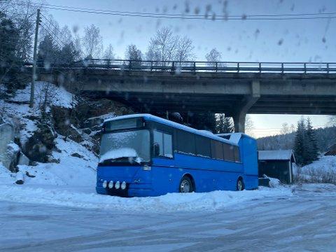 SNØ: Brøytemannskapet har måtte kjøre rundt bussen når siste snøfall ble ryddet bort.