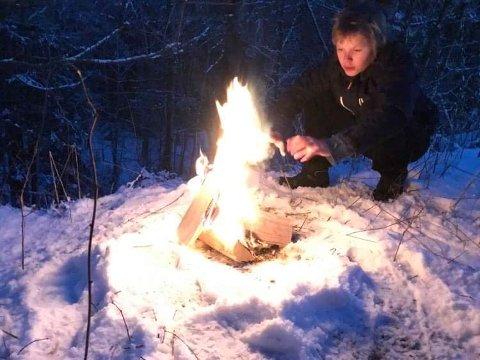 OVERRASKET TURGÅERNE: Speider Arian Olsen Svebakk fyrte opp bålet ved Trampen søndag morgen.