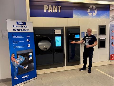 FORENKLER PANTEN: Varehussjef John-Arne Wolff viser pantemaskinen hvor du kan tømme hele søppelsekken med flasker inn i et kammer og dermed spare tid.