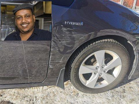 RIPET OPP: Ahmed Hamed fra Ås fant bilen sin ripet opp utenfor Sagalund barnehage på Ås.