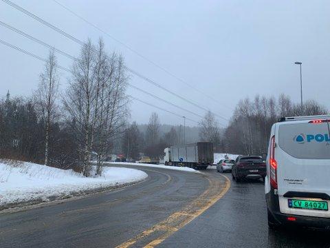 STENGT: Veien ble midlertidig stengt og trafikken sto sto fast etter at en bil hadde kjørt i autovernet ved Ringnestunnelen.